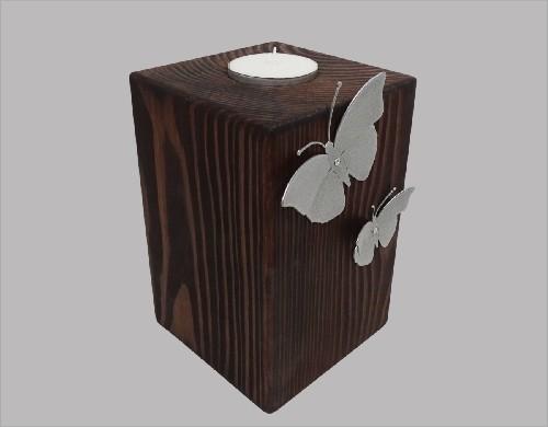Houten urn met vlinder