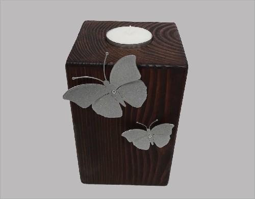 Houten urn met vlinders